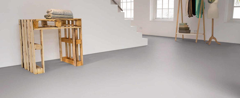 Světle šedá epoxidová litá podlaha v minimalistickém interiréru