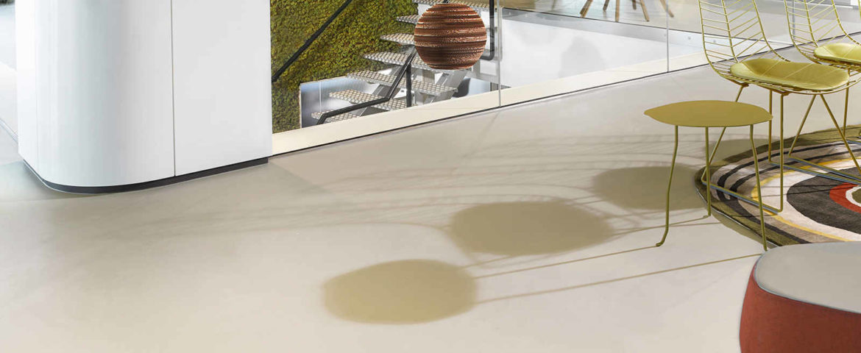 Ukázka světlé lité podlahy z epoxidu v interiéru