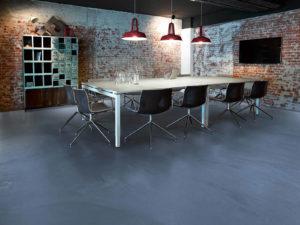 Ukázka tmavé polyuretanové lité podlahy v interiéru