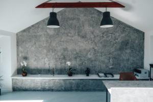 Šedá betonová stěrka se krásně vyjímá v našem showroomu v Ostravě
