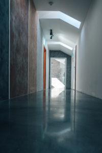 Kombinace betonové stěrky a lité podlahy