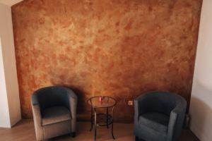 Betonová stěrka v oranžové barvě v našem showroomu v Ostravě